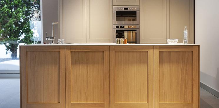 Tendencias en muebles de cocina tiradores ocultos for Puertas para cocina